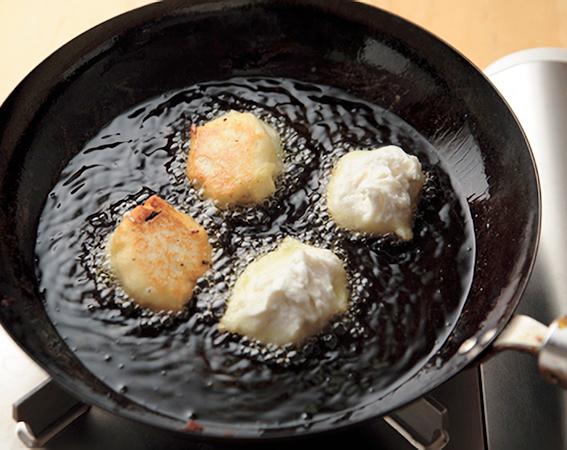 練った里芋を揚げる