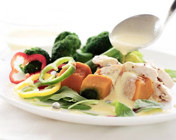 蒸し鶏と温野菜のヨーグルトソースがけ