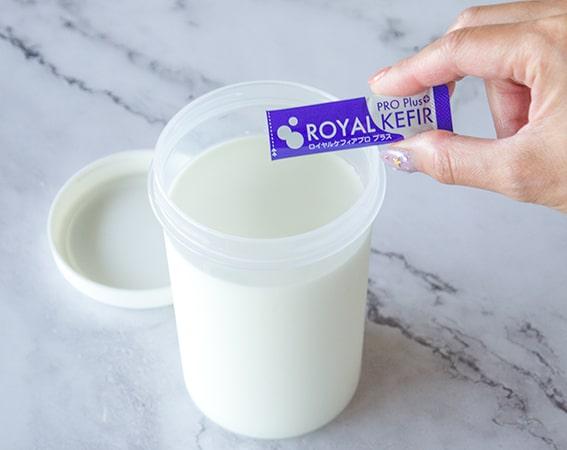 牛乳にたね菌を入れる